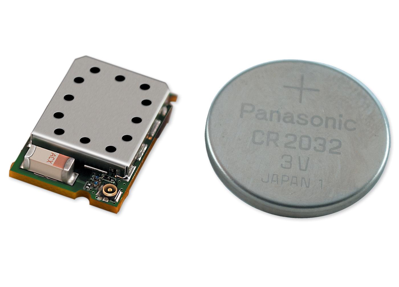 """Imagen comparativa: tamaño de un dispositivo BLE y de una pila """"de botón"""""""