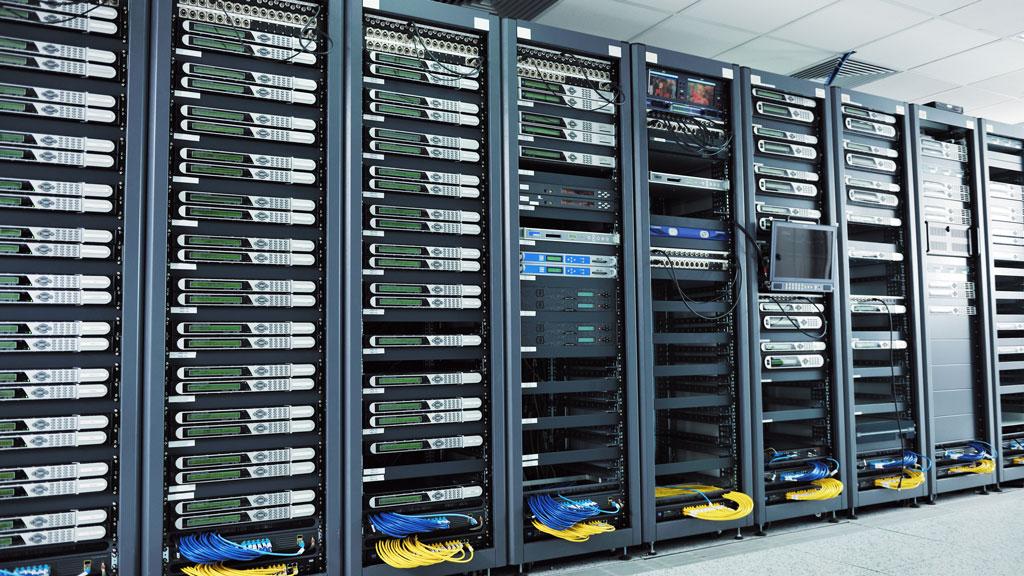 Racks con servidores en una sala de sistemas
